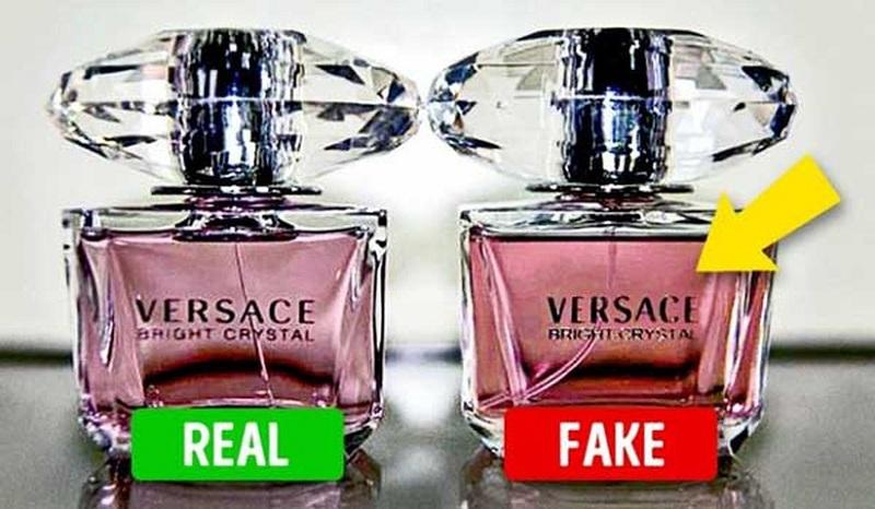 Kiểm tra nước hoa Versace chính hãng bằng vòi xịt.