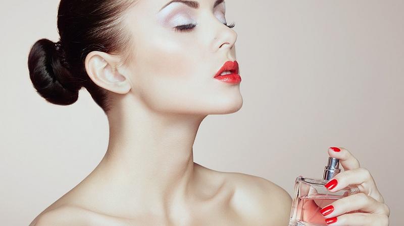 Hãy xịt thẳng, đừng tạo xương mù là cách giữ nước hoa thơm lâu.