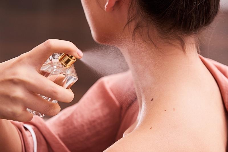 Giữ khoảng cách nhất định khi xịt nước hoa